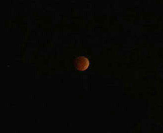 """Blood moon"" lunar eclipse shines in the early morning"