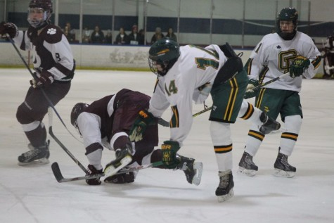Boys varsity hockey team falls to U of D Jesuit